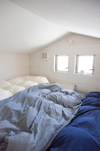 3人で寝るのにちょうどよいロフト部分。朝は明るい日差しで目覚める。