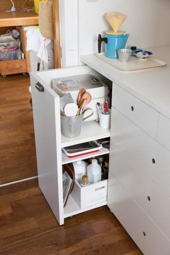 炊飯器は収納に内蔵。炊くときは、このように引き出して使う。食器、調味料などはIKEAのボックスを利用して整理している。