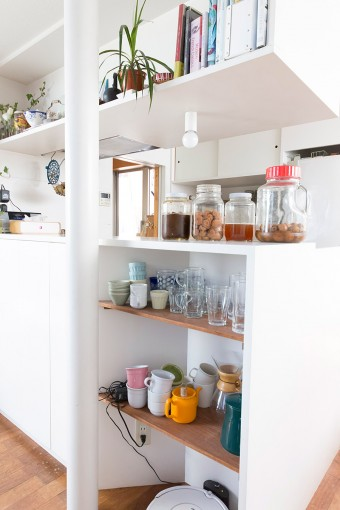 普段使いのコップなどはすぐに取り出せるよう、ダイニングテーブルの脇に棚を後から設置した。
