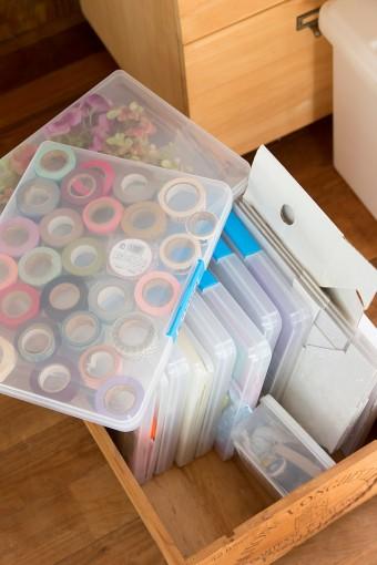 仕事でも使うテープやリボン、シールなどの雑貨を、アイテム毎に保管。この通り、すっきりとまとめられている。