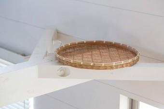 天井の梁に置いたかごは、梅干しなどを作るときに活用。