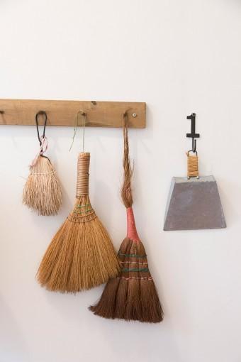 階段などを清掃する箒とちりとり。掃除機よりも手間がかからず使いやすい。