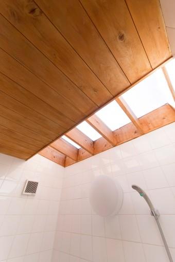 夫がこだわったバスルーム上の天窓。夜は星空を眺めることもできる。
