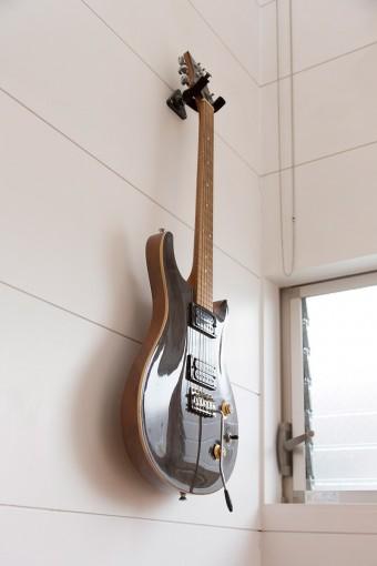 夫の趣味のひとつのギター。高校の芸術科の先生である夫に、生徒からプレゼントされたもので、手作りの品。