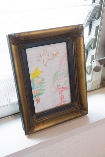 長女の描いた絵をベッドルームに飾る。