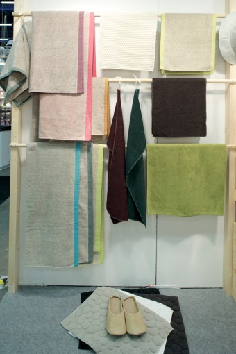 コットンにリネンを混ぜている「LinenLinen」(左)はカラーバリエーションも豊富。「shibafu」は本当に芝のような肌触りにびっくり。出店はヘルシンキのジャパニーズ・デザイン&ライフスタイルのセレクトショップCommonから。Photo: Hironori Tsukue http://www.common-helsinki.com/
