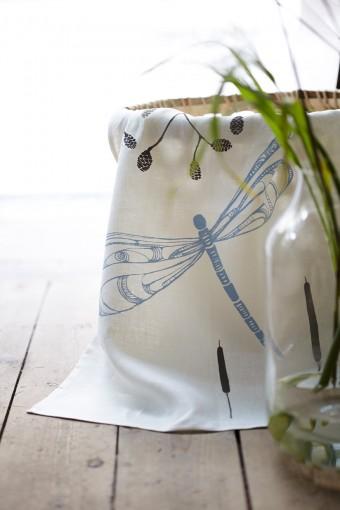 トンボのモチーフ。リネン100%、すべてスウェーデンで生産されている。Photo:Karin Björkquist