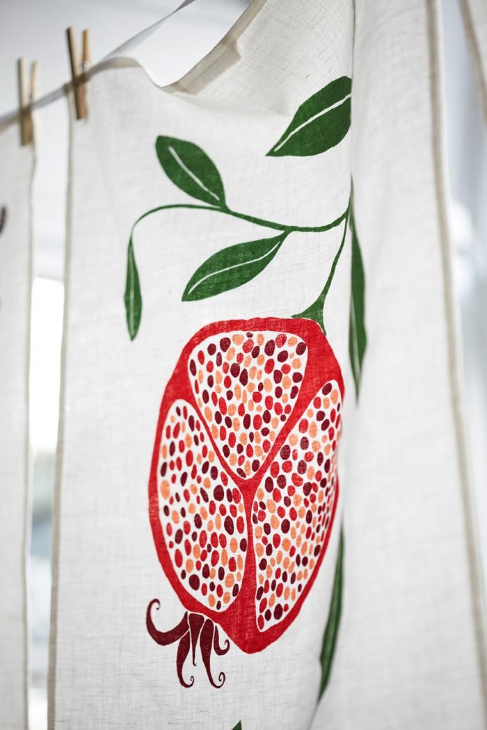 鮮やかな色合いのザクロの実がモチーフ。すべてのティータオルのサイズは50x70cm。Photo: Karin Björkquist