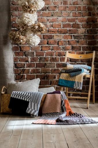 ブランケット「Banjara」。新色はブルーとイエロー、レッドとブラウンの2トーン。65x100cmでウール80%合成繊維20%。スウェーデンで生産されている。