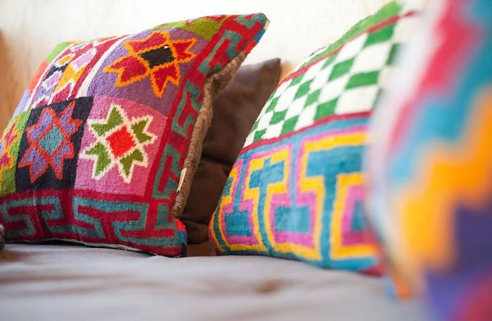 リサイクリングされた手織りキリムで作られたクッションカバー、1点もの。 オンライン・ショッピングはこちらで:http://www.shop.finelittleday.com/textiles-1/