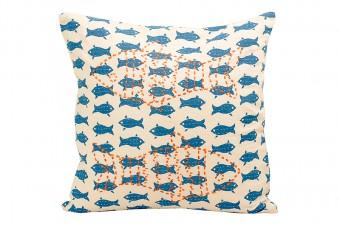 魚のプリントと刺繍の施されたクッション、バングラデシュ製。