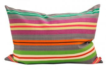 鮮やかな色使いのクッションはグアテマラ製。50X70cm, アフロアートのデザイナー、ミラ・マヤのデザイン。