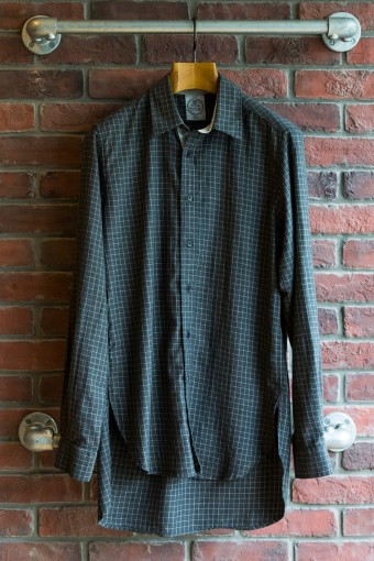 Lewis ¥25,200 ミリタリーシャツからインスパイアされたコットンシャツ。後ろの着丈が長く取られたロングテールが特徴。