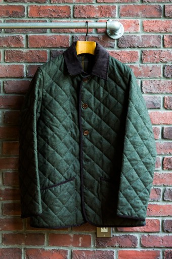 ASCOT SL TWEED(Mens) ¥36,750 ツイード素材と裏地のハウスチェックが英国らしい上品なキルティングジャケット。深く落ち着きのあるオリーブグリーンも魅力。