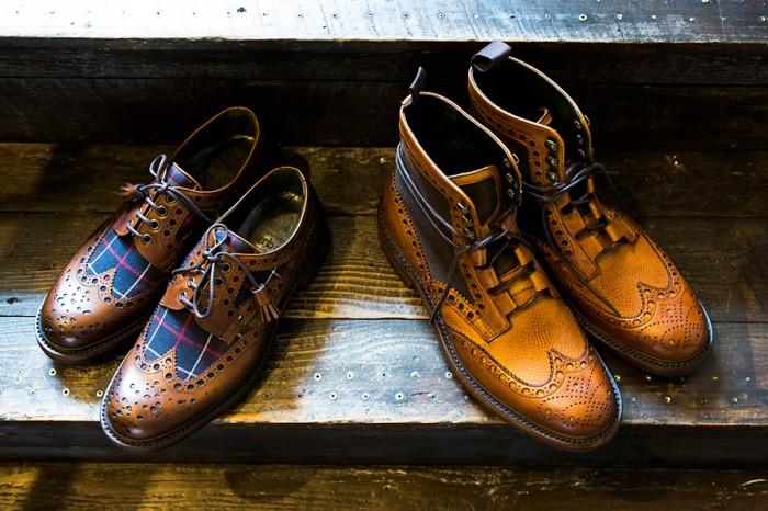 左からAshton(Ladies) ¥66,150 Rushton Brogue Boot(Mens) ¥76,650 英国らしいチェック生地とレザーのコンビが印象的なウイングチップシューズと、オイルドクロスをあしらったブーツ。イギリスの老舗靴ブランドCHEANEY(チーニー)とコラボレートしたグッドイヤーウェルト製法の本格派。