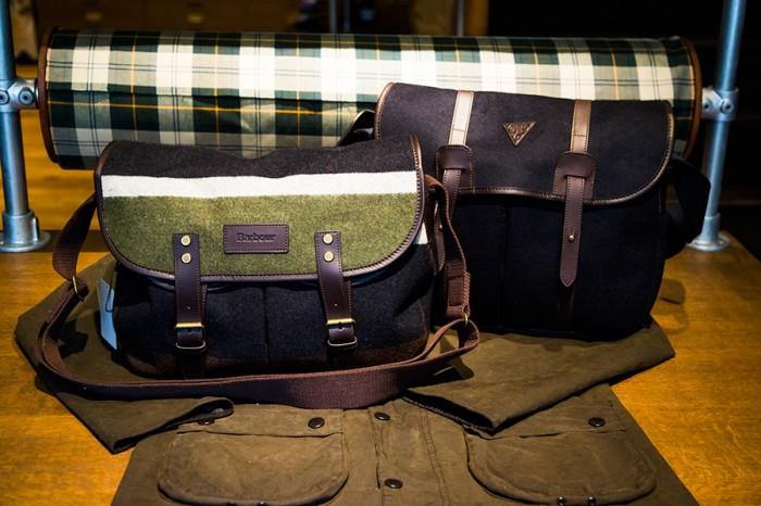 左からStriped Wool Tarras(Mens&Ladies) ¥35,700 Wool Tarras(Mens&Ladies) ¥39,900 バブアーの人気定番バッグ Tarras(タラス)は、大きめなサイズ感とウールのあたたかい風合いが魅力で、落ち着いた色合いのストライプ柄や、茶色のストラップと相性のいいネイビーが新鮮。男性はもちろんのこと、少し大きめのバッグを女性が持つのもオシャレ。