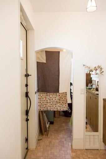 玄関脇には、DIY用の材料などを保管する小スペースが。床のタイルはホームセンターで見つけてきたものを張ってもらった。