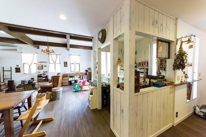 アトリエは1階に、キッチンからの動線を考えて設置。あえてシャビーに仕上げ、小屋のような雰囲気に。