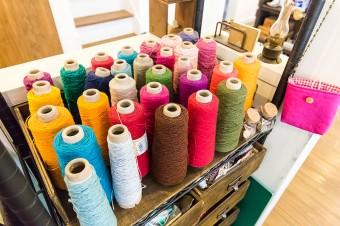 色とりどりの糸や布、ボタンやリボンなども、空間を彩る。