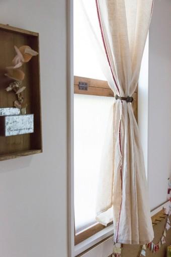 窓枠は夫が、カーテンはあや子さんが作成。外から見られず、かつやわらかい光が入る。