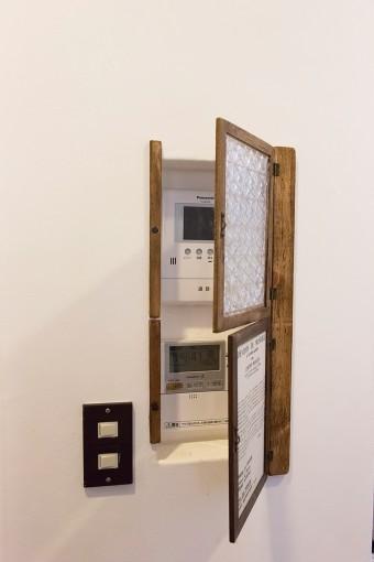 無機質なスイッチ類は、端材や100円ショップの小物を利用してこの通り収納。
