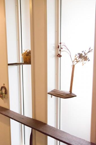 流木など、どこかから集めてきた木を使って、ディスプレイ棚として活用。