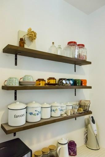 ティーバッグ、コーヒーフィルターなどをしまった小瓶を、取り付けた棚にディスプレイ。