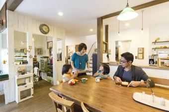 リビングの子供たちのスペース。昔買った、無印良品の折りたたみテーブルをリメイクして使用。