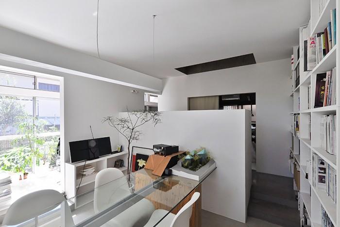 1階の打ち合わせスペース。真っ白のこのモダンな空間から奥に向かうと60年前そのままの和室が現れる。左に縁側。