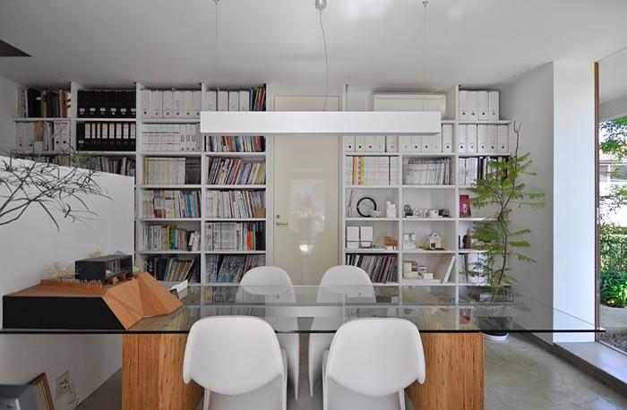 1階の打ち合わせスペース。正面のドアを開けると階段が現れる。右が事務所の入り口。
