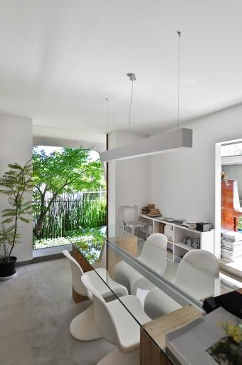 和室側から打ち合わせスペースを見る。白いフレームに外の緑が美しく映える。