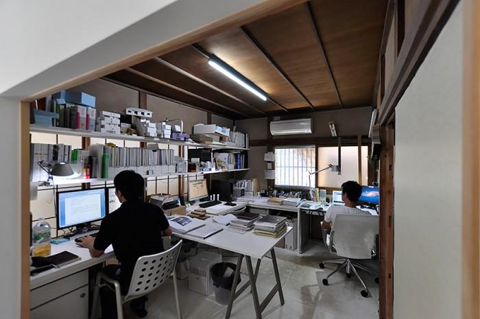 1階奥にある作業スペース。床以外は60年前の和室のまま。