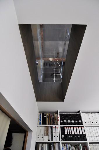 縁側があって少し暗めの1階を明るくするため2階の床に穴を開けている。