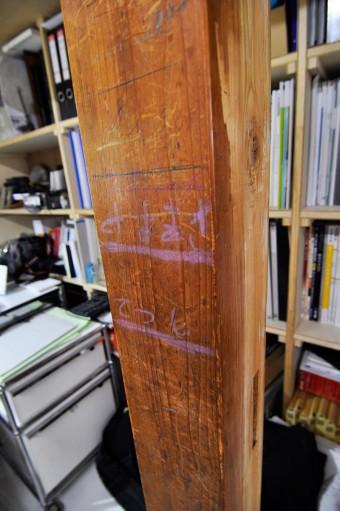 兄弟で付けた傷や落書きなど思い出の残る和室の柱。