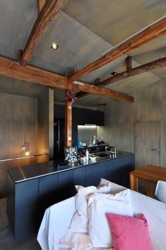 柱が貫入して不思議な空気感のあるキッチン部分。