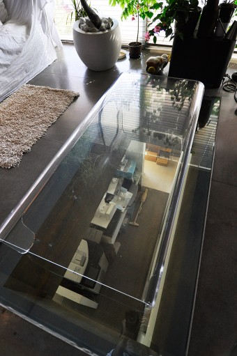 1階へと光をを落とすために開けられた穴。ガラスの上に透明のテーブルが置かれている。