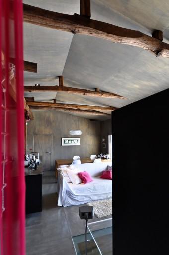 寝室側からリビング、ダイニング方向を見る。ソファのクッションもカーテンに合わせたヴィヴィッドなピンク系の色。