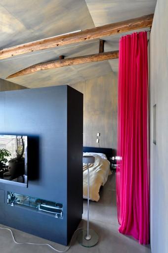 2階の家具やカーテンの色を決めたのは建築士とコーディネーターの資格を持つ奥さん。ヴィヴィッドな色を選択した。
