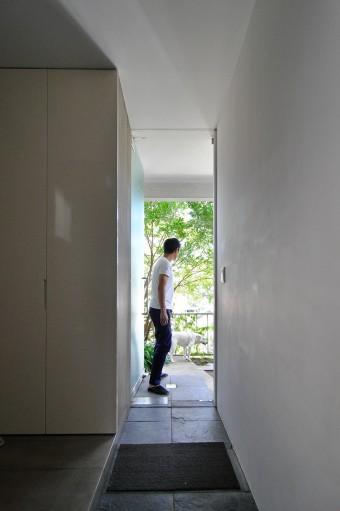 1階廊下より玄関を見る。