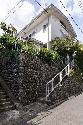 富永邸。途中に急な坂がある上に最後にこの階段を上るのはきつく、それがご両親の家を新築する一因ともなった。