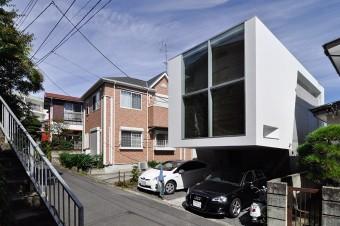 元は駐車場だった向かいの敷地に建てられたご両親の家。左隅に見えるのが富永邸に上がる階段。