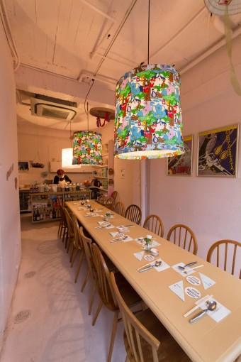 長テーブルで並んで食べるのもお客さん同士が家族になったようで、古き良き朝ごはんの風景を連想させる。椅子はイギリス1920年創業のERCOL(アーコール)社製のオリジナルのウィンザーチェア。