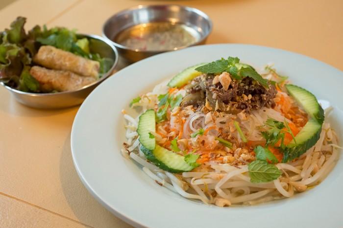 ベトナムといえばフォーが有名だが、現地ではもっとポピュラーな存在のブンというおなじ米粉の麺の朝ごはんメニュー「ブン・ボー・サオ」。こちらも生春巻きより現地では食べられている揚げ春巻とセット。魚醤・ヌクマムの香りが食欲をそそる(10月末まで)。¥1200