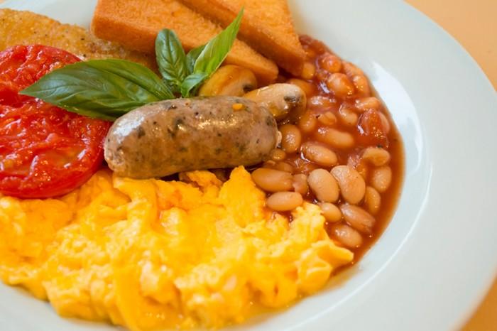 イギリスの伝統的な朝ごはん=フルブレックファストは、フライドブレッドに自家製ソーセージ、卵、トマトとマッシュルームのソテー、ベイクドビーン、ハッシュドポテトを添えて、ボリューム満点の一皿。WORLD BREAKFAST ALLDAYでは定番朝ごはんとして毎日用意されている。¥1400