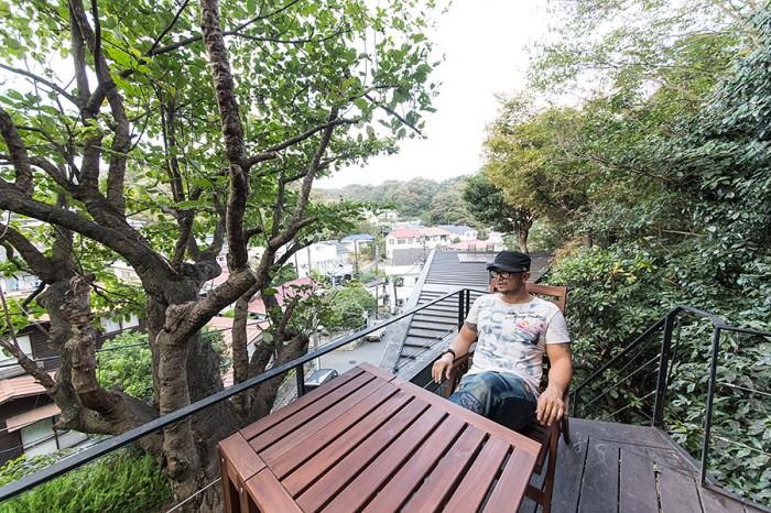 緑に囲まれた稲村ケ崎の眺めを一望できる。「ここで朝食を食べることもあります。家の延長としてこの場所を楽しんでいます」