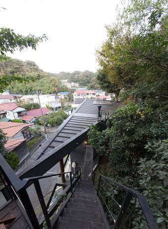 ツリーハウスから母屋へと続く階段。母屋の屋上にもイスがセットされていて、そこからも稲村ケ崎の景色を楽しめる。