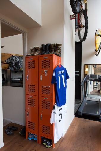 スポーツ選手の控室のような雰囲気。9メートルもの天井高を生かして、マウンテンバイクは空中を飛ぶ位置に収納。