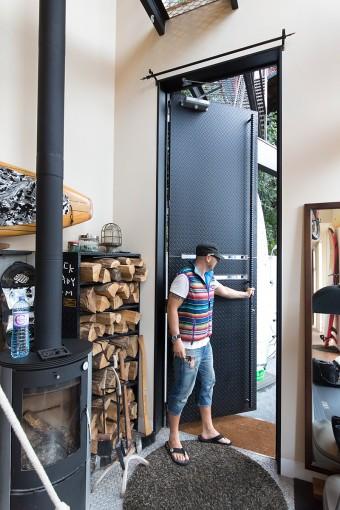 長さが3メートル以上あるスタンドアップパドルボードの出し入れも余裕の玄関ドア。ドアの重さは120kgにもなるそうだ。