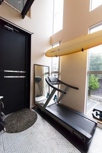 トレッドミルはエントランスに。窓の外の景色を眺めながら軽快に有酸素運動ができる。