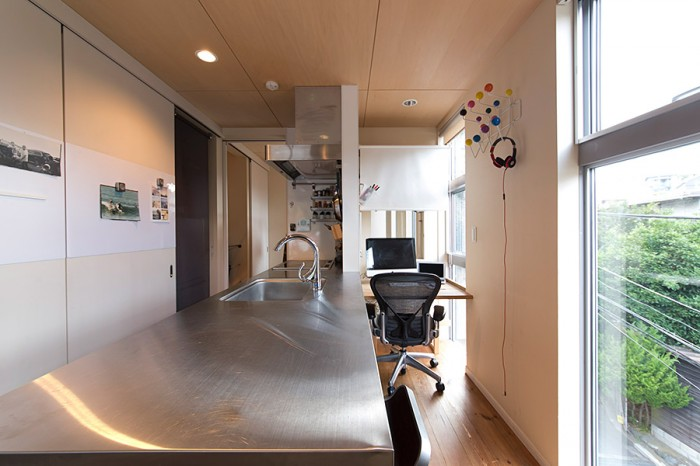 機能的なキッチンはこの家のサイズに合わせた特注品。壁のハンガーは、イームズの「ハング  イット  オール」。